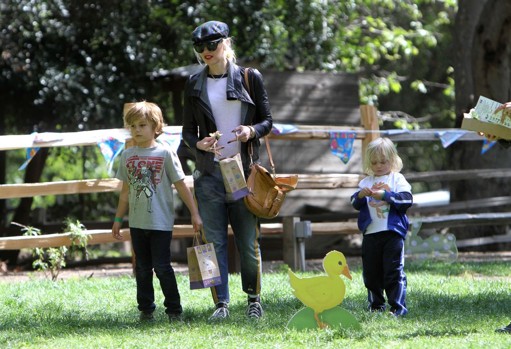 Gwen Stefani helped Kingston and Zuma at an Easter egg hunt.