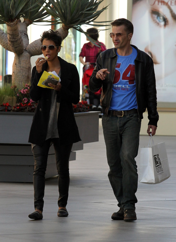 Halle Berry and Olivier Martinez stopped for a snack.
