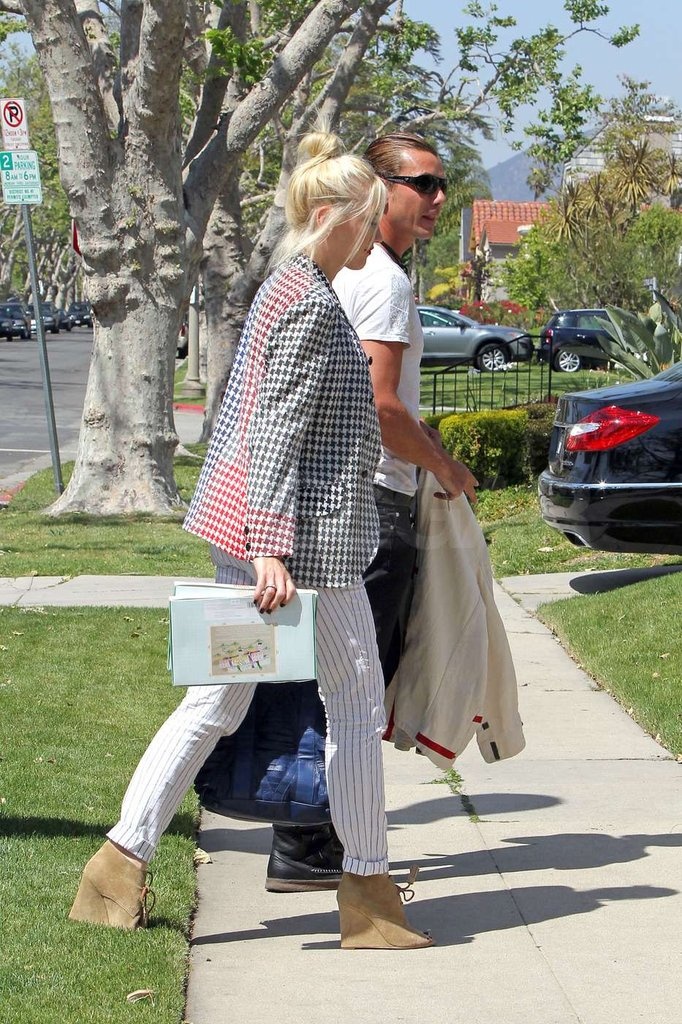 Gwen Stefani and Gavin Rossdale walked together into Gwen's parent's house in Orange County.