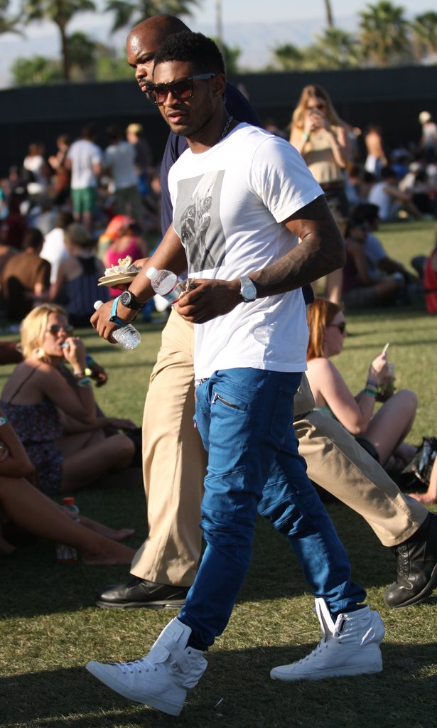 Usher wore white kicks in 2011.