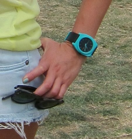Simple and sporty — we love the pop of neon colour on her watch.