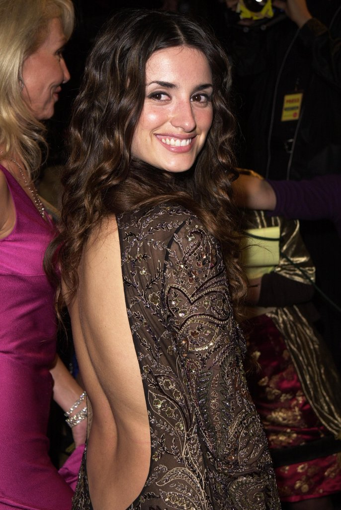 Penélope Cruz sported a sexy cutout dress to the Vanity Fair Oscars afterparty in LA in February 2001.