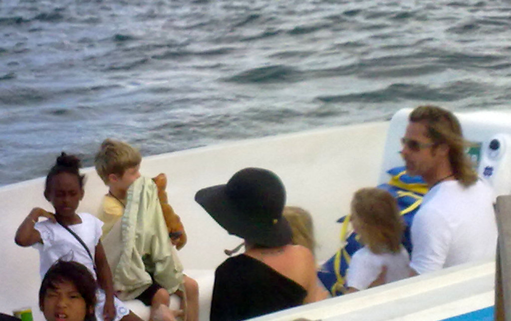 Brad Pitt and Angelina Jolie took a boat with their children leaving the Galapagos Islands.