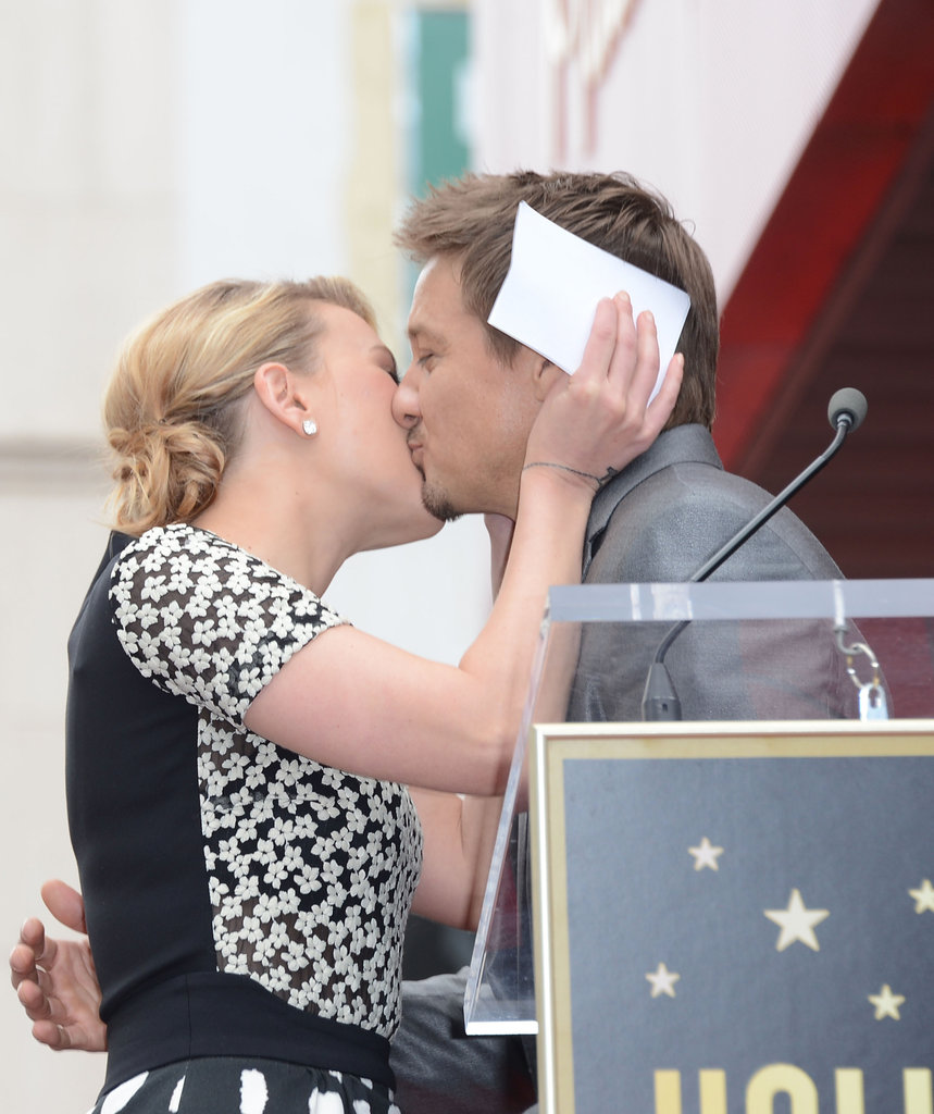 Scarlett Johansson received a kiss from Jeremy Renner, who came out to support her in Hollywood.