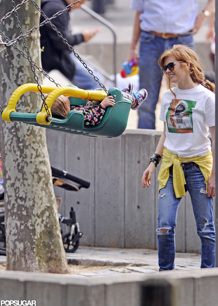 Isla Fisher and her daughter Elula played at an NYC park.