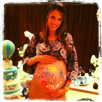 Alessandra Ambrosio tweeted a picture of her baby bump just days before giving birth.