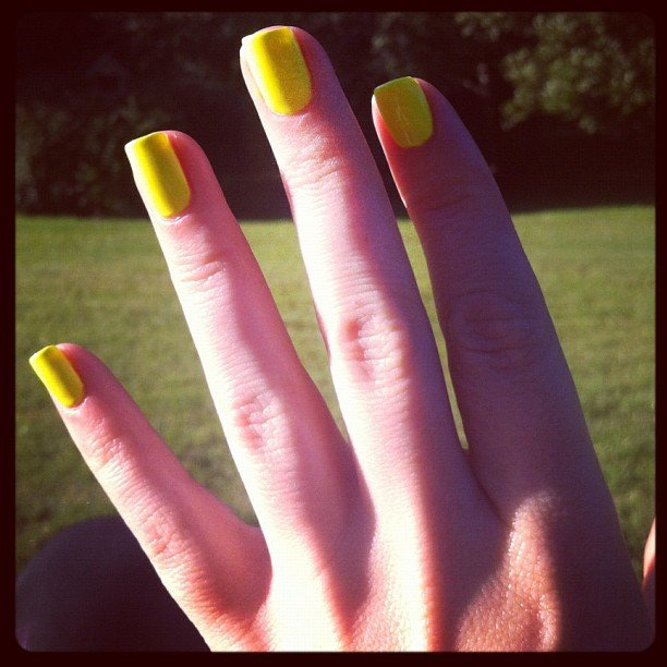 BellaSugar ed Alison switches her nail polish daily, and it always looks perfect!
