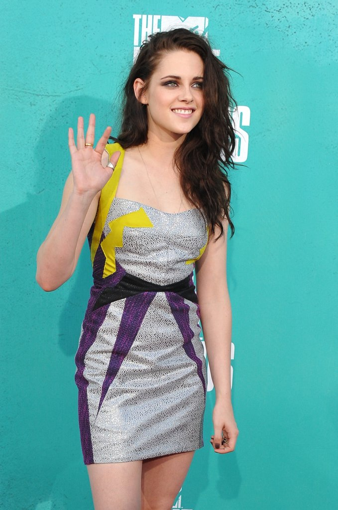 Kristen Stewart waved to fans at the MTV Movie Awards.