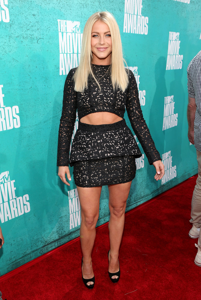 Julianne Hough showed abs at the 2012 MTV Movie Awards.