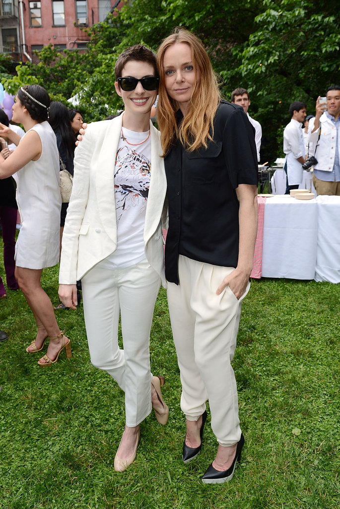 A casual-cool Stella McCartney hung with a superchic Anne Hathaway.