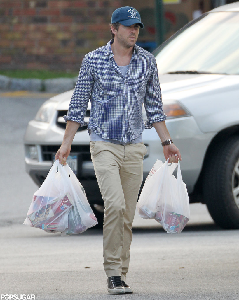 Ryan Reynolds carried grocery bags to the car while shopping with Blake Lively in New York.