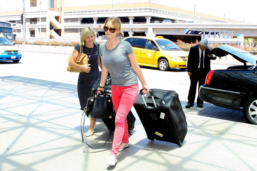 Jennifer Lawrence Jets Out of Town With Her Mom