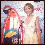 Taylor Swift hit the Teen Choice Awards press room after winning a surfboard. Source: Instagram user popsugar