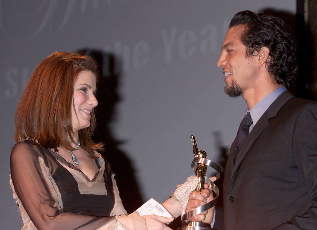 Benjamin Bratt presented Sandra Bullock with the female actress of the year award at the March 2001 ShoWest Awards in Las Vegas.
