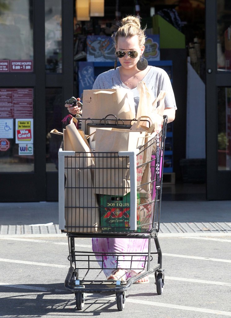 Hilary Duff went grocery shopping.