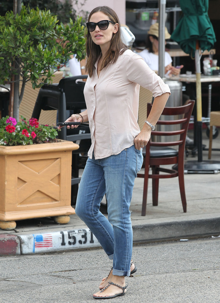 Jennifer Garner walked into a restaurant in LA.