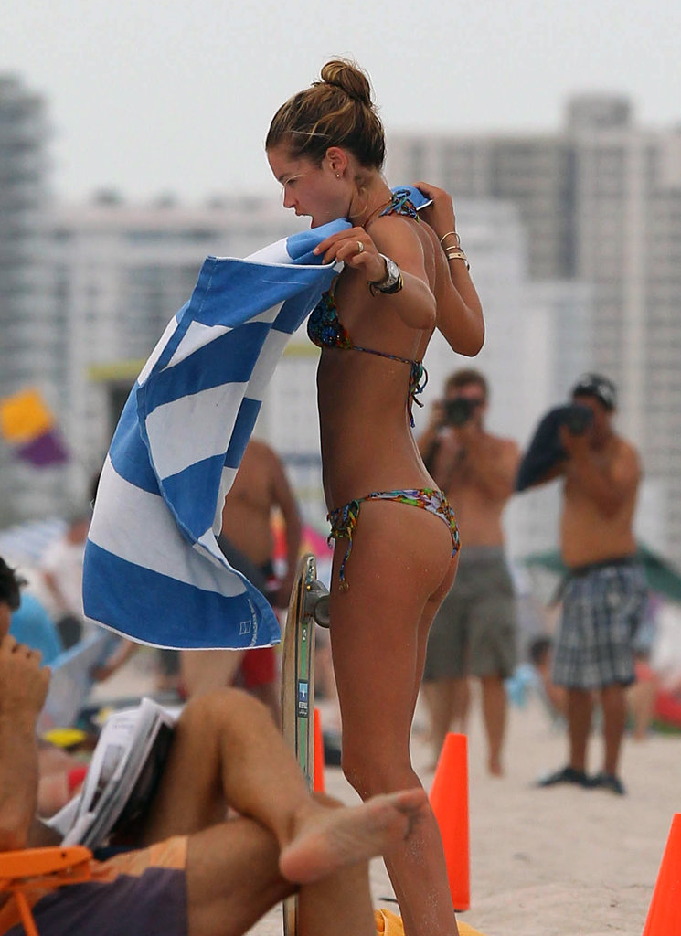 Doutzen Kroes shook out a beach towel.