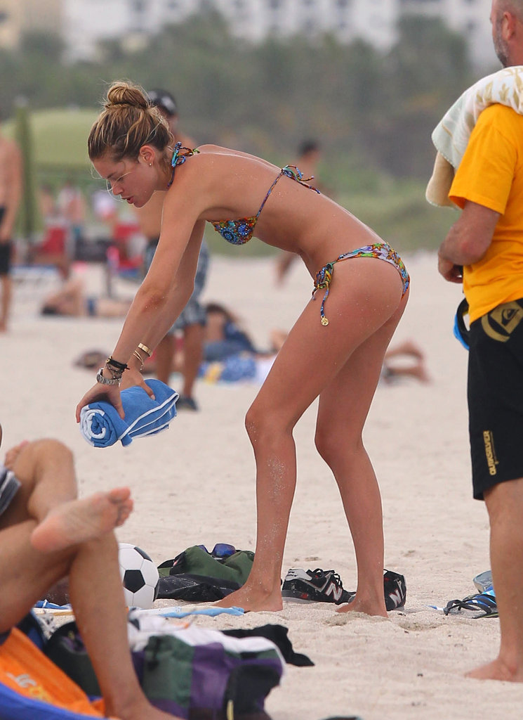 Doutzen Kroes rolled up a blue beach towel.