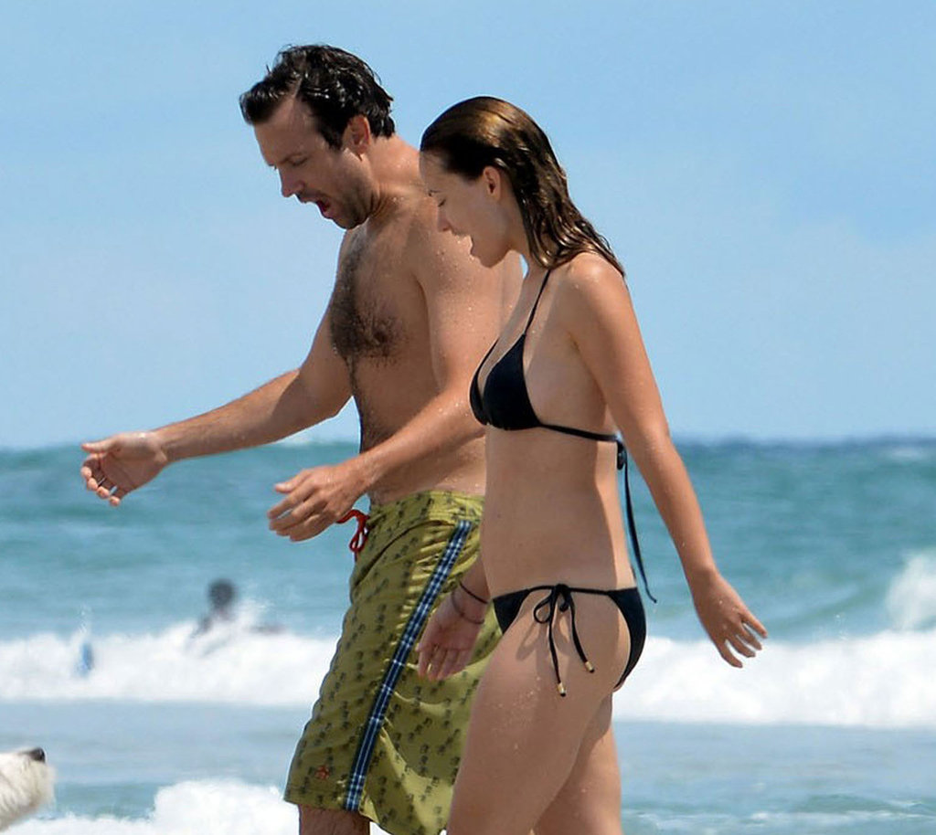 Jason Sudeikis and Olivia Wilde walked on the beach.