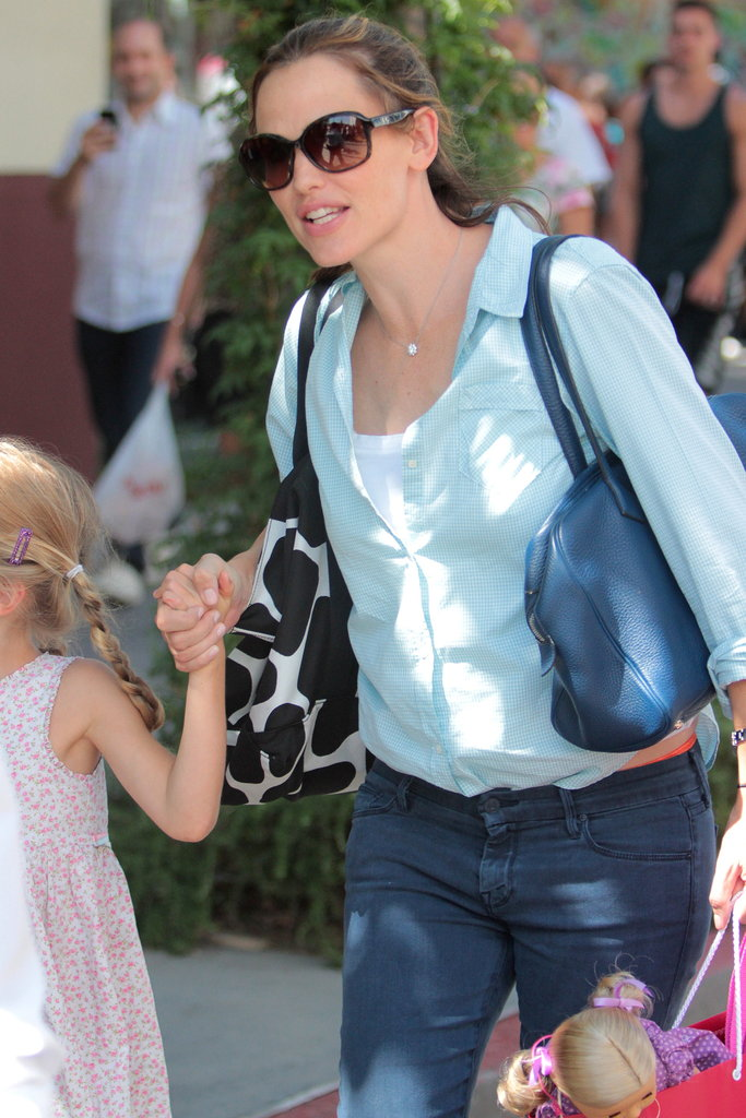 Jennifer Garner carried Violet's shopping bag.