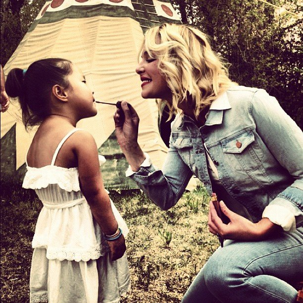 Naleigh Kelley ejoyed a lil makeup session with her mama, Katherine Heigl. Source: Instagram user joshbkelley