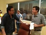 Creator Mitch Hurwitz and Jason Bateman chatted on the set of Arrested Development. Source: Twitter user RealRonHoward