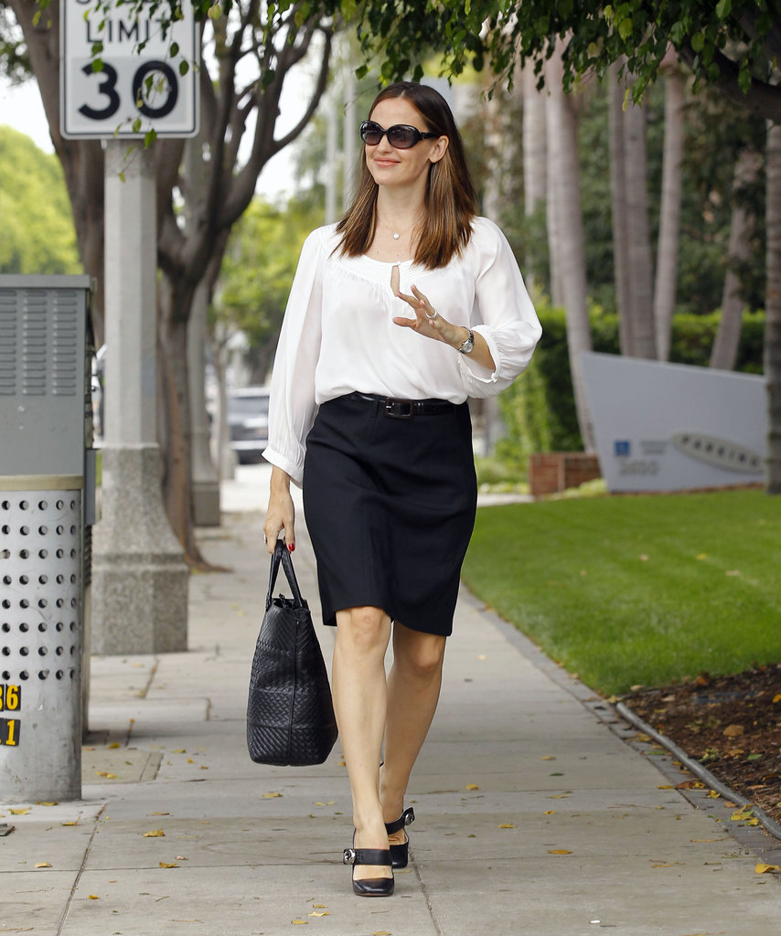 Jennifer Garner walked to a meeting.