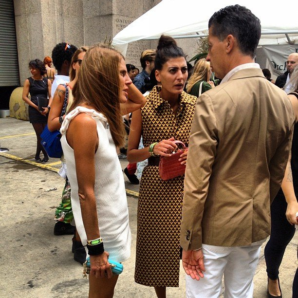 This is what we call a fashionable conversation. We spotted Anna Dello Russo, Giovanna Battaglia, and Stefano Gabbana chatting  outside during Paris Fashion Week.