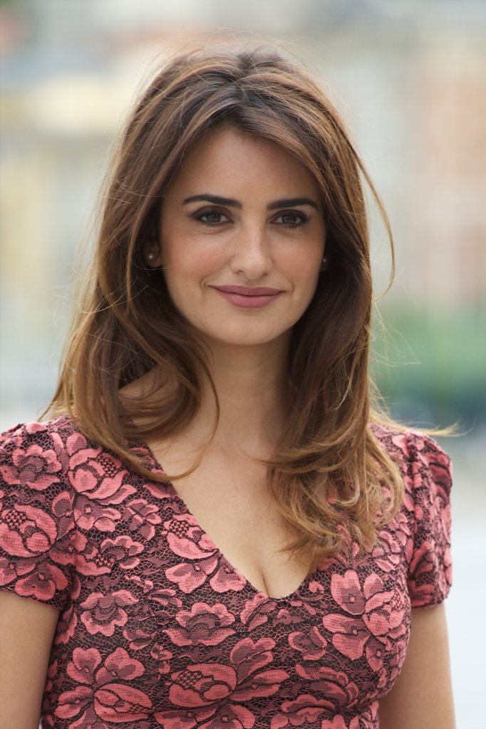 Penelope Cruz wore her brown hair down for the photocall.