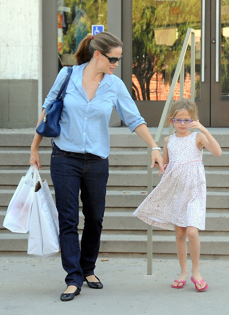 Jennifer Garner spent a Sunday afternoon shopping with her oldest daughter, Violet, in LA.