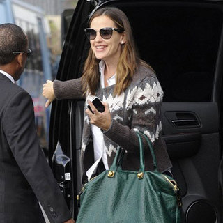 Jennifer Garner Carries Green Tote at LAX | Pictures