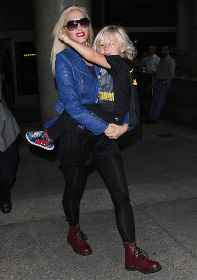 Zuma Rossdale wore a Batman cape to travel with mom Gwen Stefani.