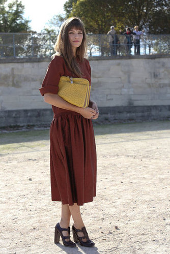 The perfect day dress, accompanied by a chic clutch and Fall-feeling Mary-Janes.