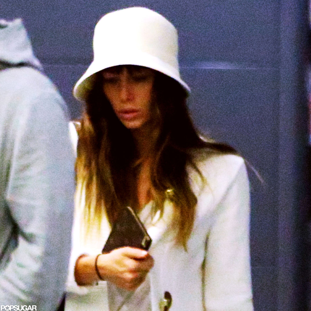 Jessica Biel wore a white hat at the airport in Italy.