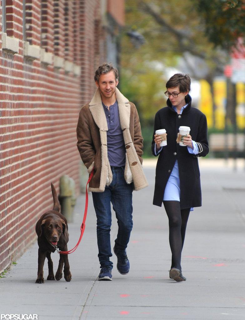 Anne Hathaway chose a black coat to walk in Brooklyn.