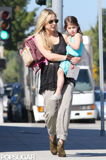 Sarah Michelle Gellar carried Charlotte Prinze and her backpack.