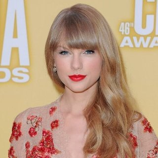 Taylor Swift's 2012 CMA Hair and Makeup