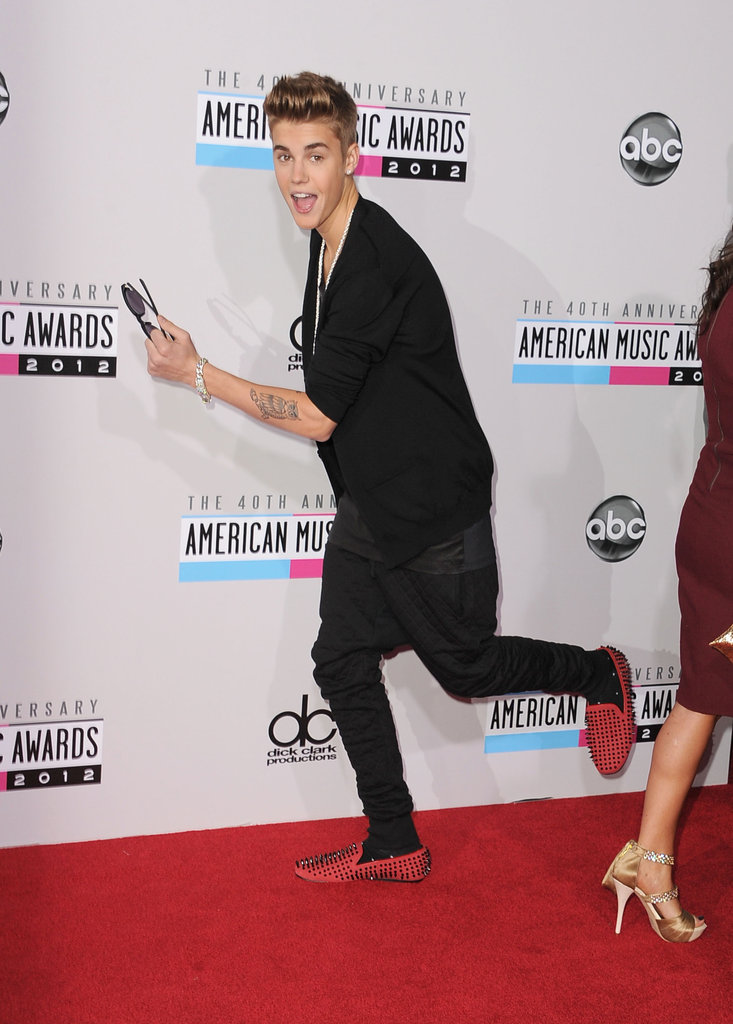 Justin Bieber got animated on the red carpet of the American Music Awards.
