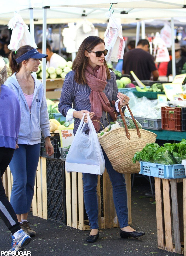 Jennifer Garner shopped at a farmers market in LA.