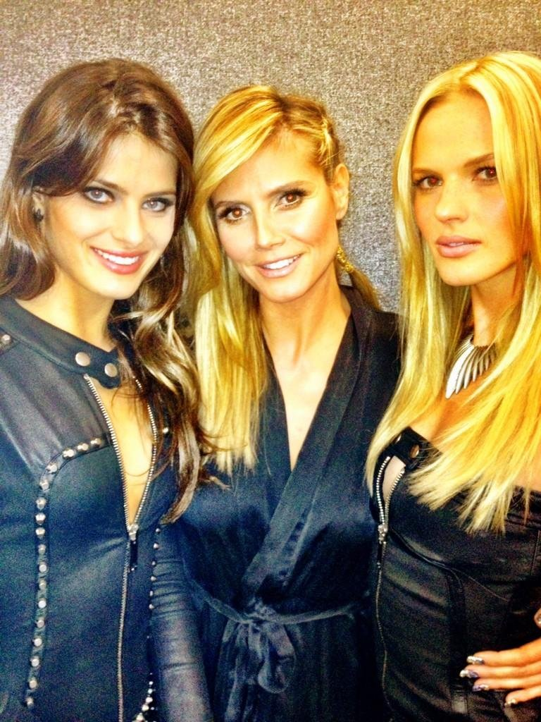 Isabeli Fontana and Anne V. posed with Heidi Klum backstage at the MTV EMAs. Source: Twitter user AnneV