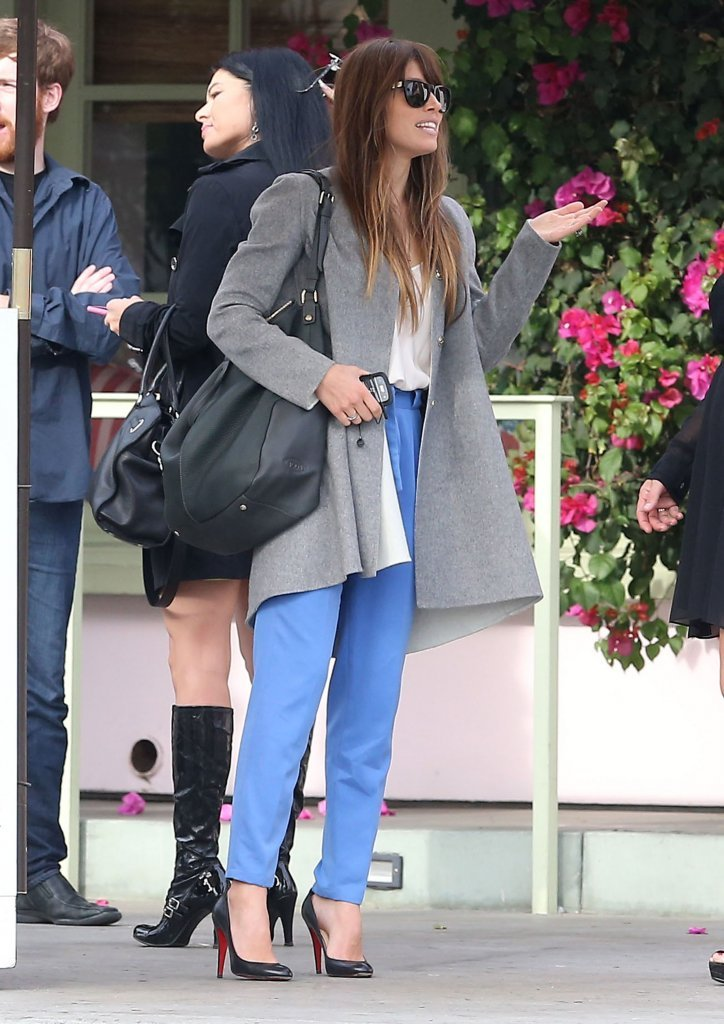 Jessica Biel carried a black purse.