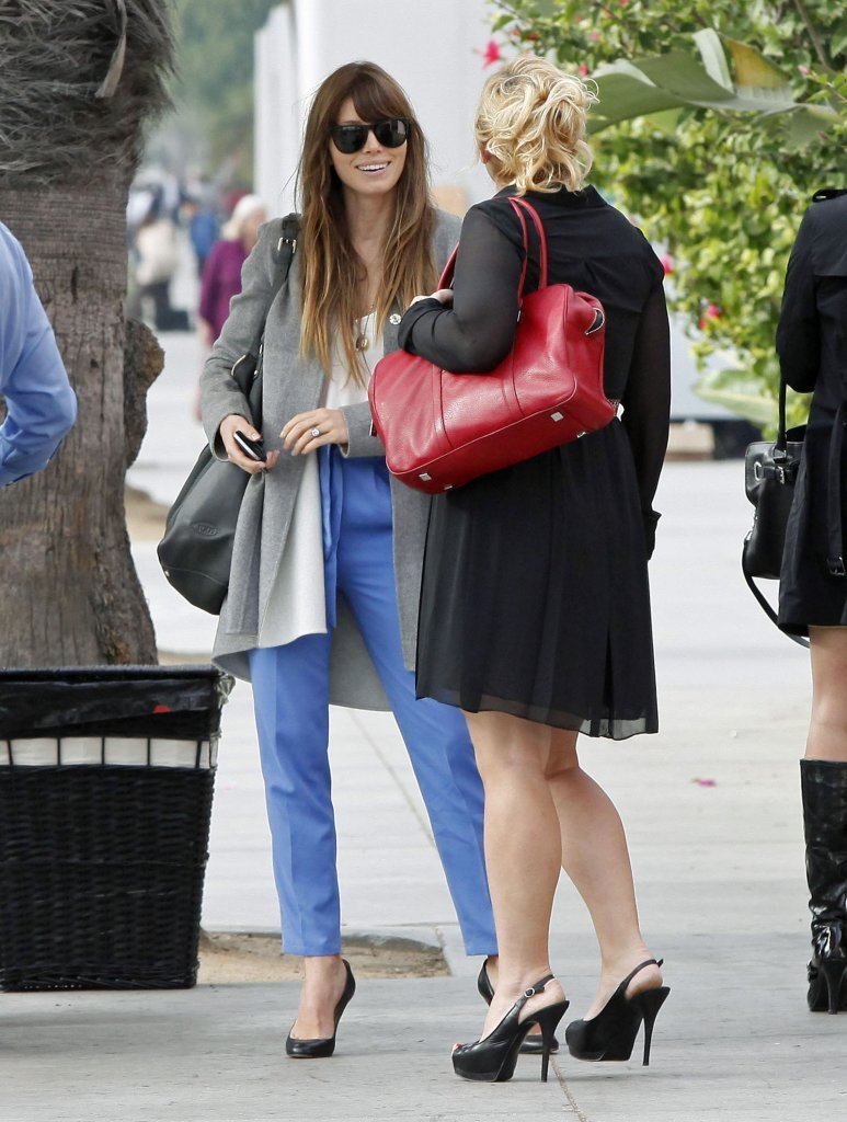Jessica Biel had a conversation with a friend after lunch.
