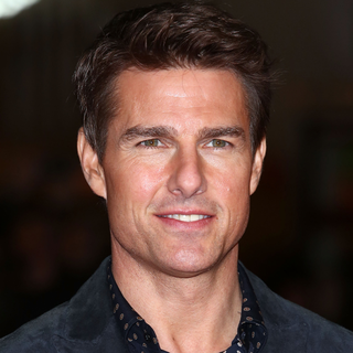 Tom Cruise Prepares For the Holidays With Suri | Video