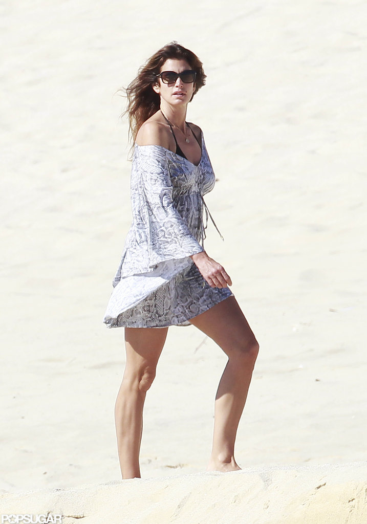 Cindy Crawford made her way down the beach.