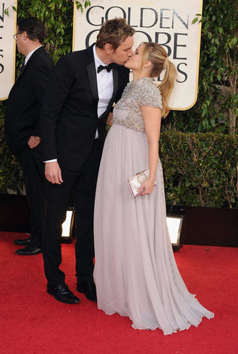 Pregnant Kristen Bell and Dax Shepard kissed on the red carpet.