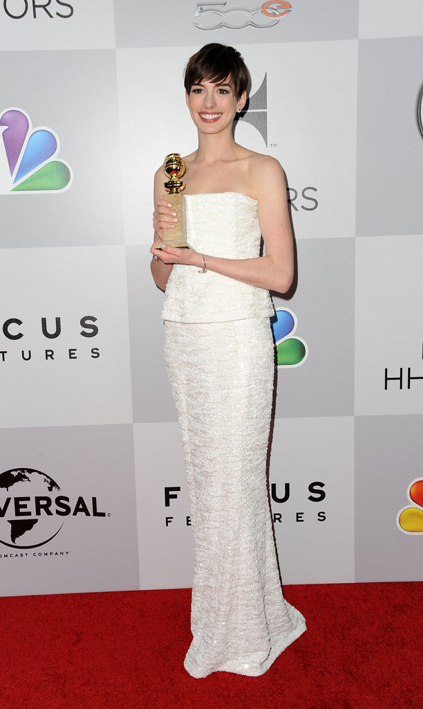 Anne Hathaway posed with her award.