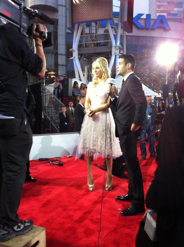 Host Kaley Cuoco was looking pretty in pink Christian Siriano on the red carpet. Source: Twitter user peopleschoice