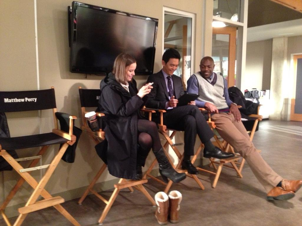 Matthew Perry caught his costars in between shooting a scene. Source: Twitter user MatthewPerry