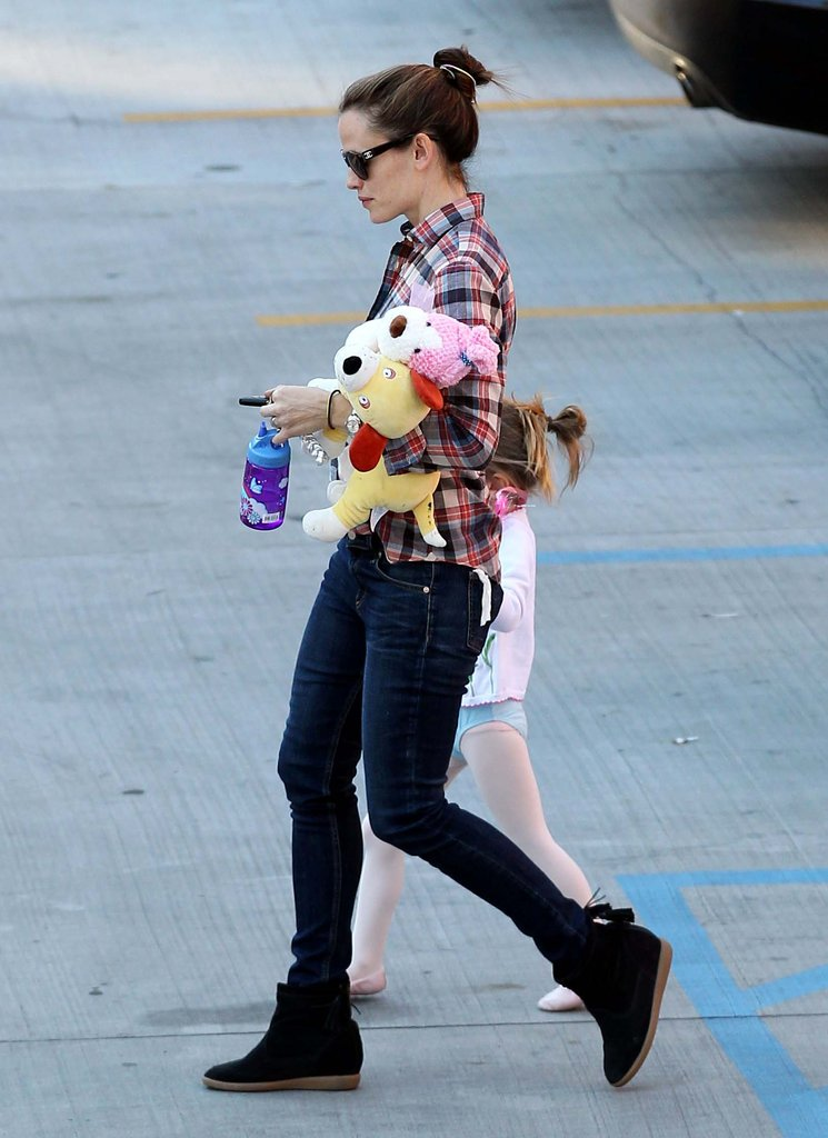 Jennifer Garner carried stuffed animals to Seraphina's ballet class.