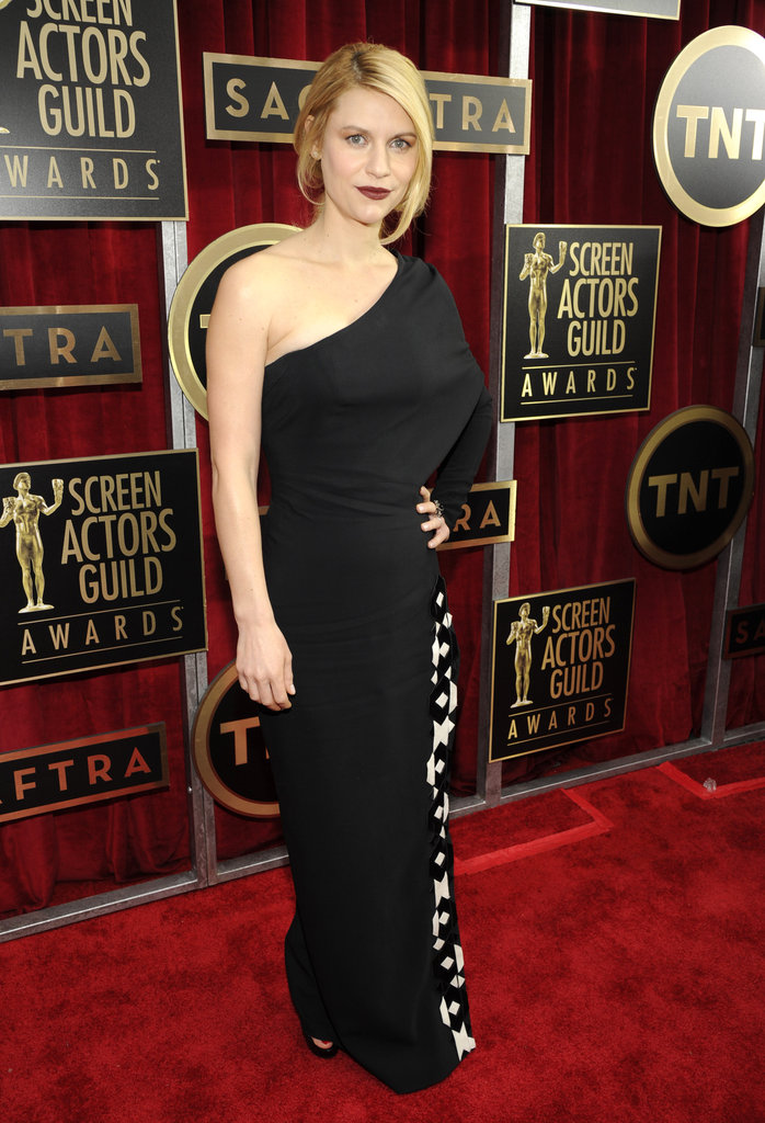 Claire Danes donned dark lips are on the red carpet at the SAG Awards.